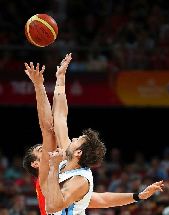 Kampf um den Ball in luftiger Höhe  | Foto: Meng Yongmin (dpa)