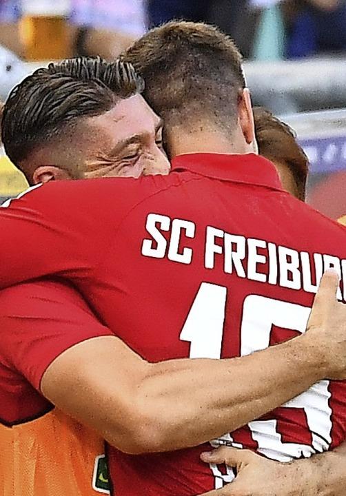 Brandon Borrello (links) umarmt  Janik Haberer nach dessen Tor zum 2:0.  | Foto: Achim Keller
