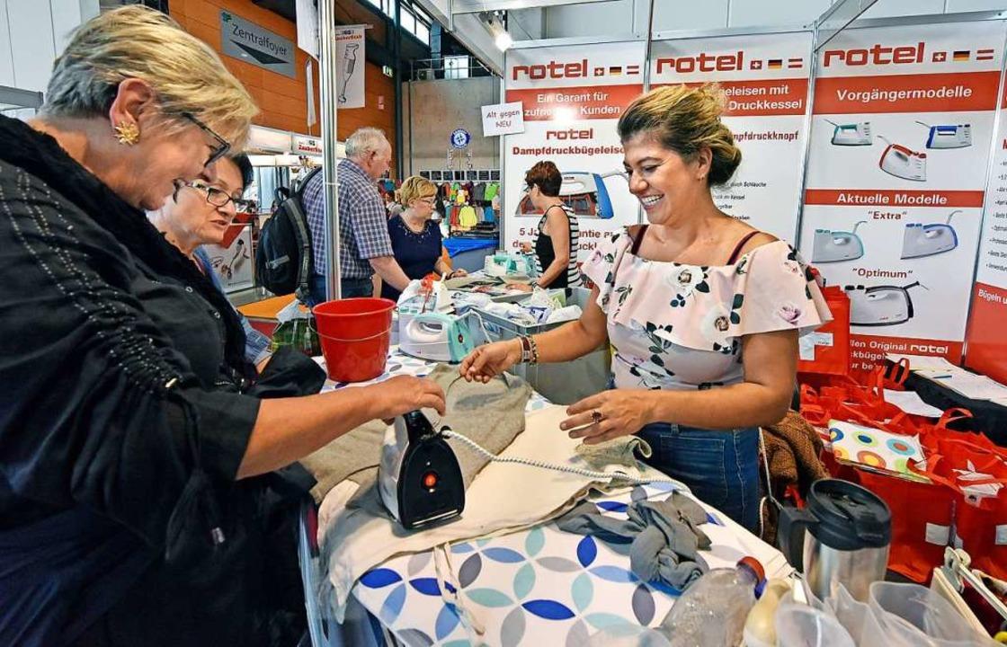 Eine Verkäuferin zeigt ein Produkt.    Foto: Michael Bamberger