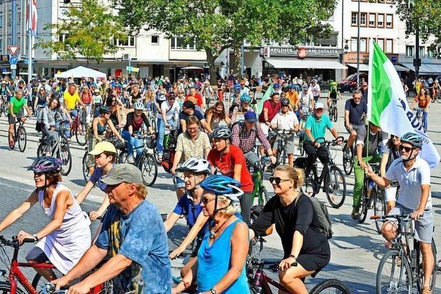 200 Fahrradfahrer protestieren gegen die Abholzung von Bäumen am Eugen-Keidel-Bad
