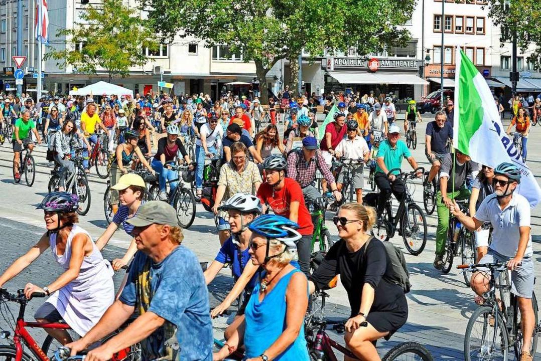 Am Samstagnachmittag protestierten run...n, die einem Parkplatz weichen müssen.    Foto: Michael Bamberger