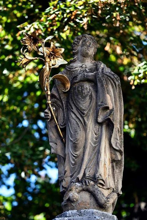 Der Madonna-Statue auf dem Oberlindenbrunnen wurde der Strahlenkranz geklaut.  | Foto: Thomas Kunz