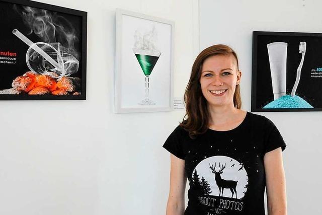 Die Fotografin Laura-Madeleine Engler will mit ihrer Plastik-Ausstellung im Denzlinger Rathaus herausfordern
