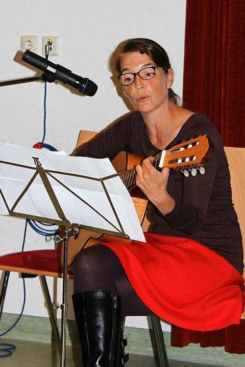 Laudatio der genialen Art:  Wölfles Na...tte Heiler griff zur Gitarre und sang.  | Foto: Christa Maier