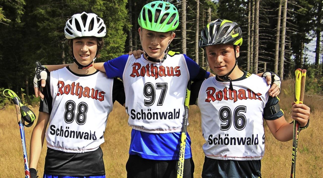 Nils Gutmann (Mitte) und Jannis Dold (...f der Anlage in Schönwald-Weißenbach.   | Foto: Junkel