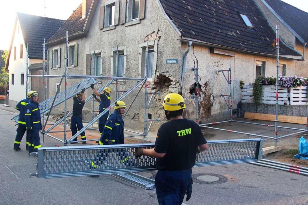 Das Technische Hilfswerk sichert mit G... großen Schäden gleich an zwei Wänden.  | Foto: Horst David