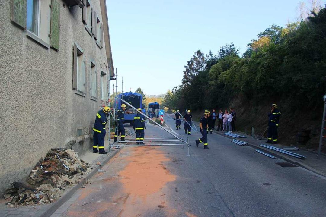 Die Bötzinger Feuerwehr musste die Fah...ufenem Öl aus dem Unfallauto reinigen.  | Foto: Horst David