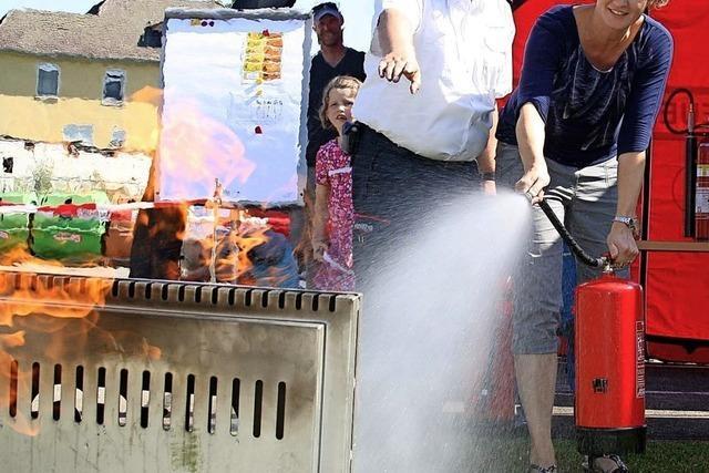 Feuerlöscher und Drehleiter im Einsatz
