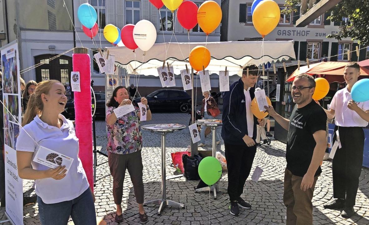 Am Aktionstag zum Internationalen Tag ...er  Ahmet Keskin (vorne rechts) teil.   | Foto: Monika Weber