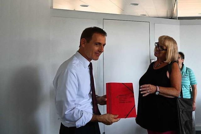 Anwohner und IG Verkehr übergeben 790 Unterschriften für den Erhalt des Rosencafés