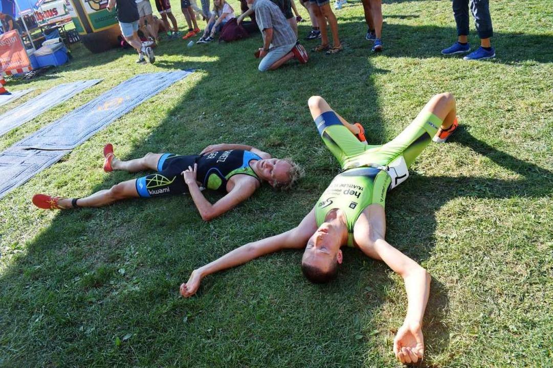 Völlig erschöpft nach dem Zieldurchlau...links) und der Zweite  Simon Hanseleit  | Foto: Cecile Buchholz