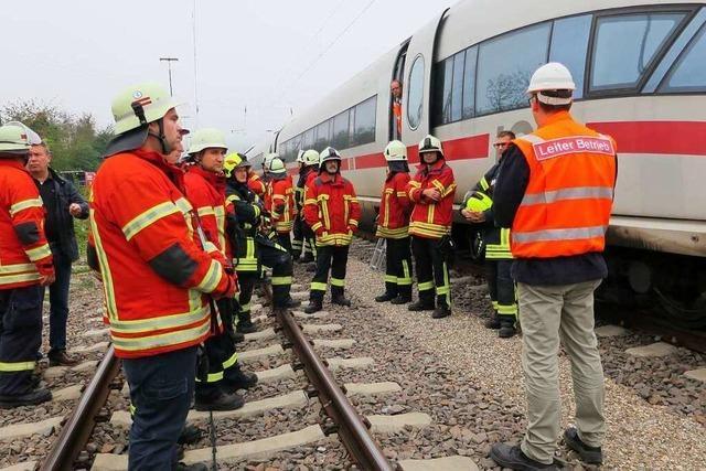 Feuerwehren evakuieren einen ICE auf freier Strecke – zur Übung
