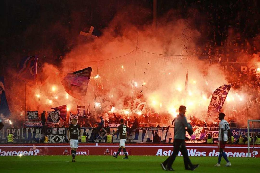 Da half auch die Pyrotechnik der Fans nicht: Der HSV unterlag am Millerntor.  | Foto: Daniel Bockwoldt (dpa)