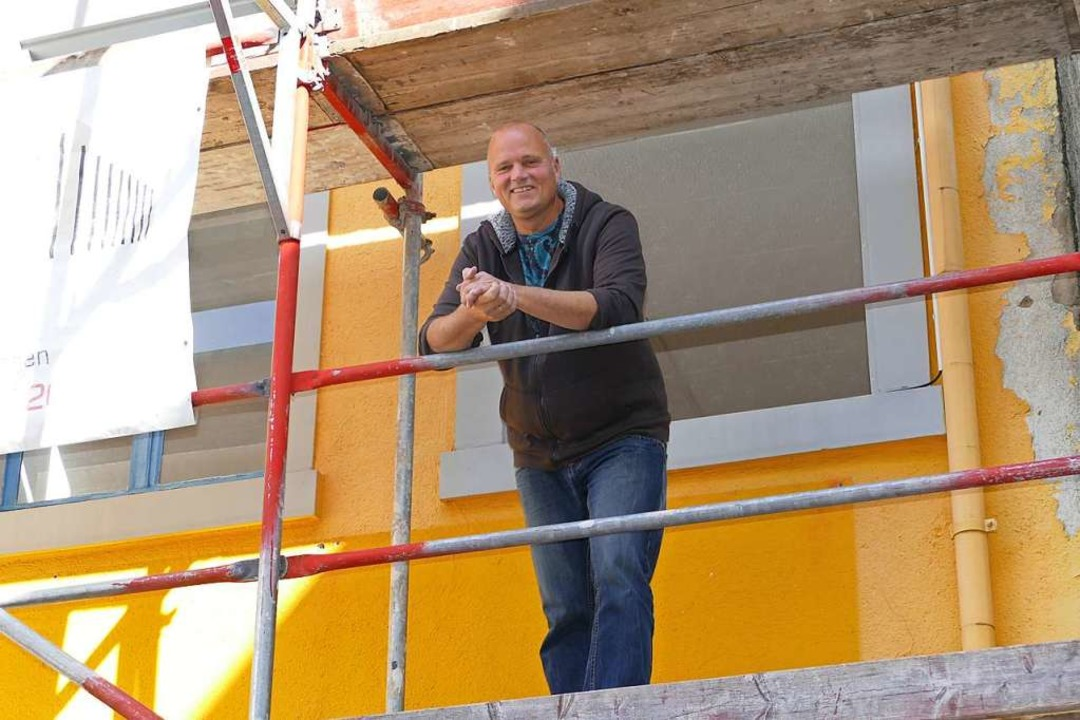 Robert Horvath auf dem Baugerüst an der Teichstraße 24  | Foto: Peter Gerigk
