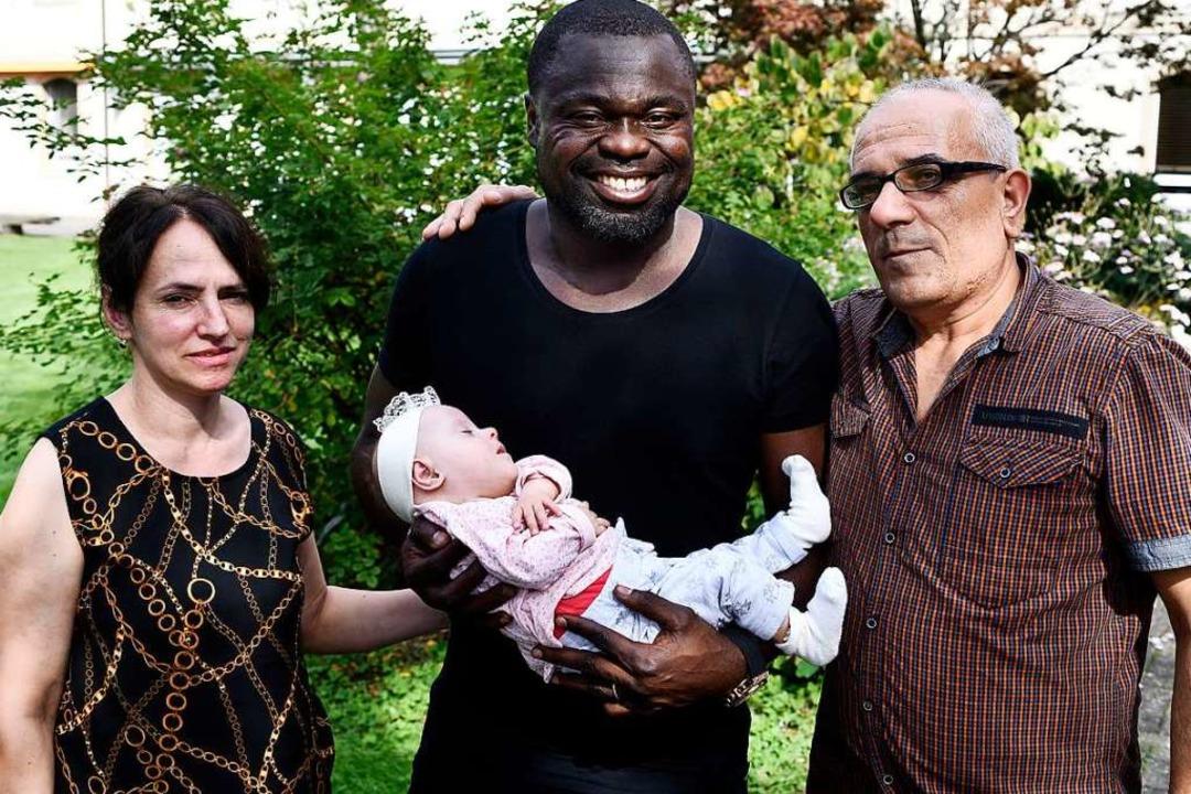 Gerald Asamoah mit Olta, Mutter Teuta und Vater Avni.  | Foto: Thomas Kunz