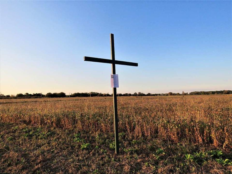 Ein Kreuz auf einem Feld bei Friesenheim.  | Foto: Christine Ehlenbröker