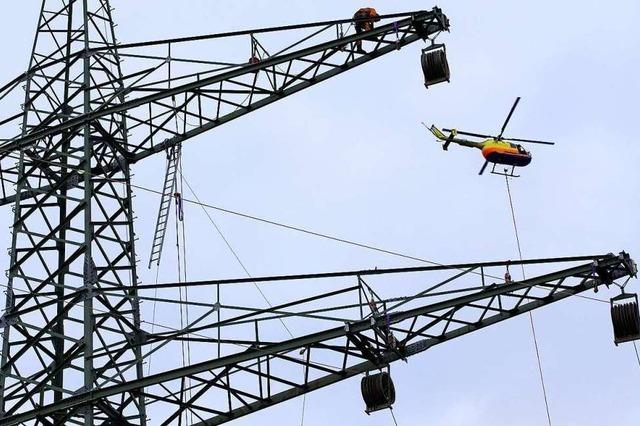 Netzbetreiber fliegt Stromleitungen in der Region mit Helikopter ab