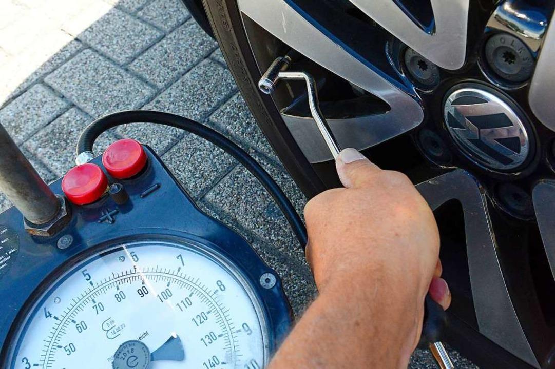 Mehr Luft im Reifen kostet an manchen Tankstellen einen Euro.  | Foto: Ingo Schneider