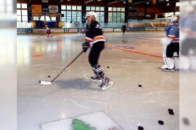 In der Eishalle fliegen wieder die Pucks
