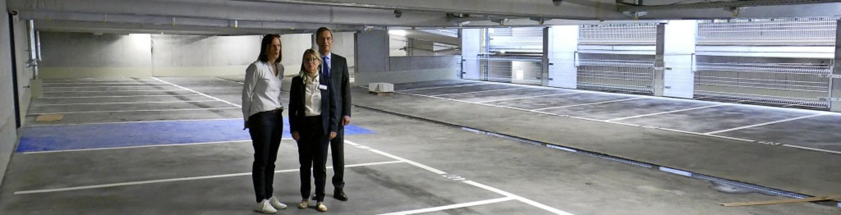 Fachbereichsleiterin Patricia Haas, Kr...on links) stellen die neue Garage vor.    Foto: Marius Alexander