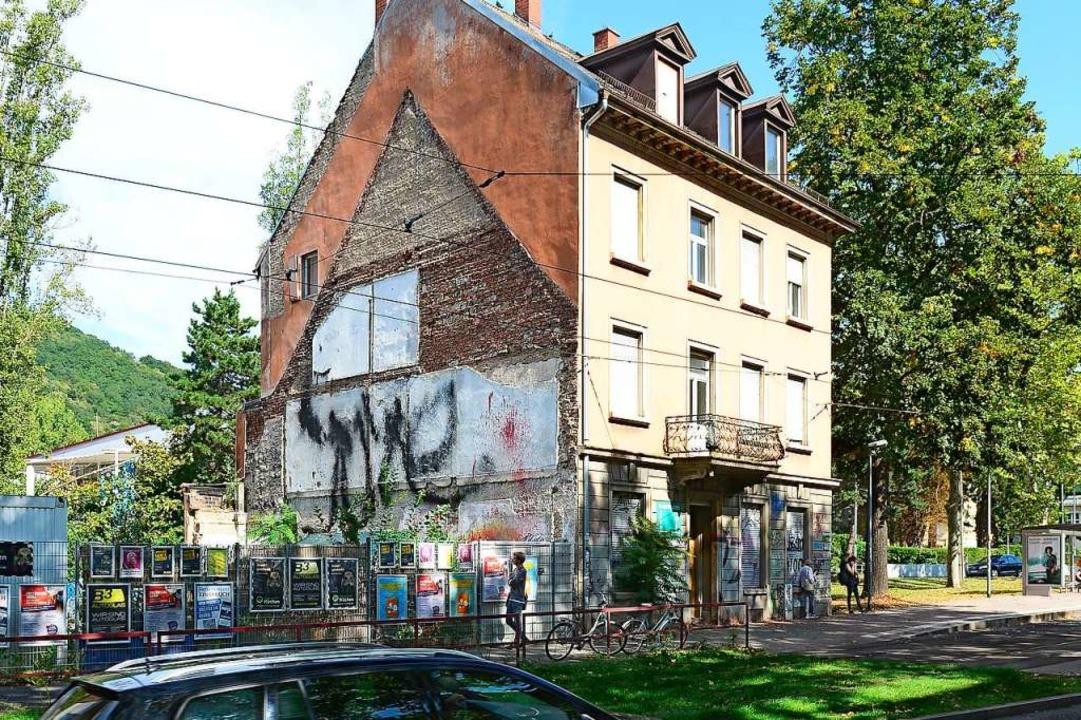 Das Haus ist baufällig und nah an der ... Vielleicht auch zu nah an den Bäumen.  | Foto: Ingo Schneider