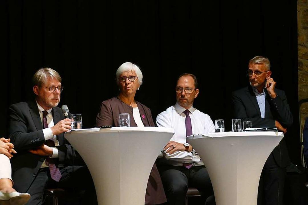Bamf-Präsident Hans-Eckhard Sommer, Gu...uster (von links) beim Podiumsgespräch  | Foto: Lukas Müller