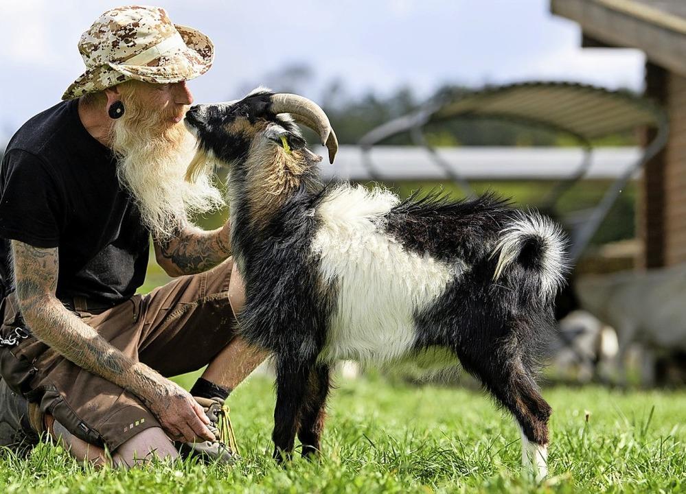 Tierpfleger Gerd Walther und Hui Buh verstehen sich blendend.  | Foto: Matthias Balk (dpa)