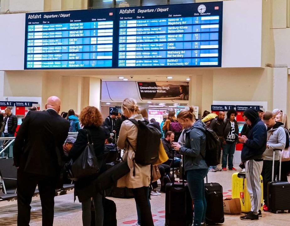 Reisende warten im Bahnhof Hannover un...öttingen und Hannover Uelzen gesperrt.  | Foto: Peter Steffen (dpa)