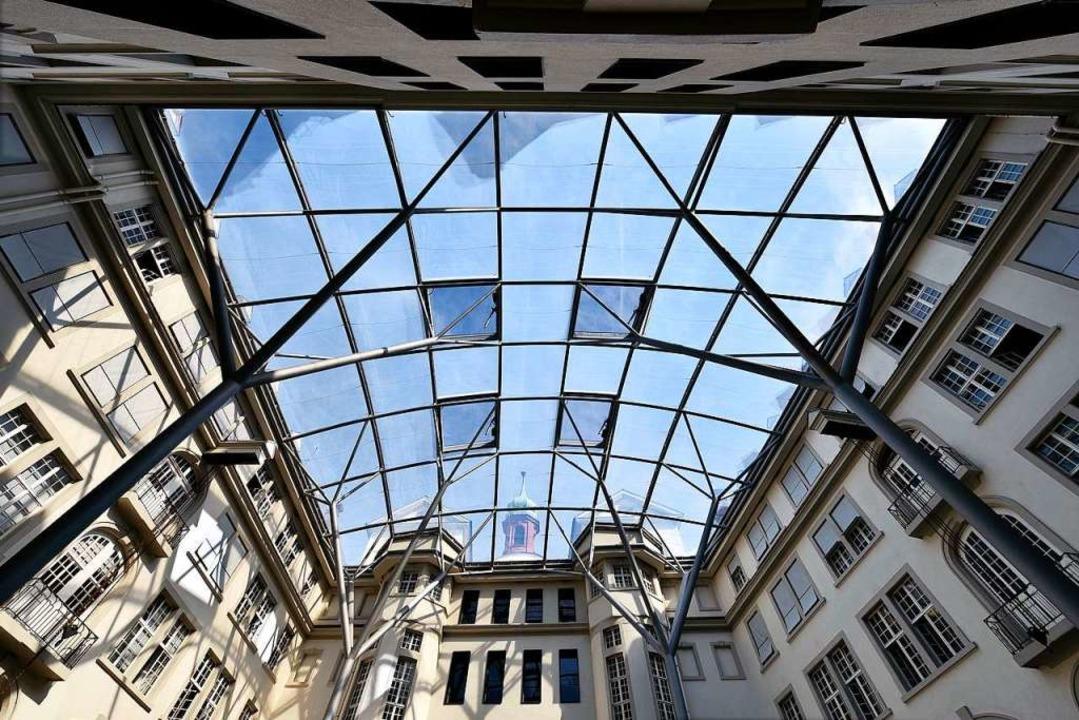 Das transparente Dach am Herderbau übe...enhof – und heizt Büroräume auf.    Foto: Thomas Kunz