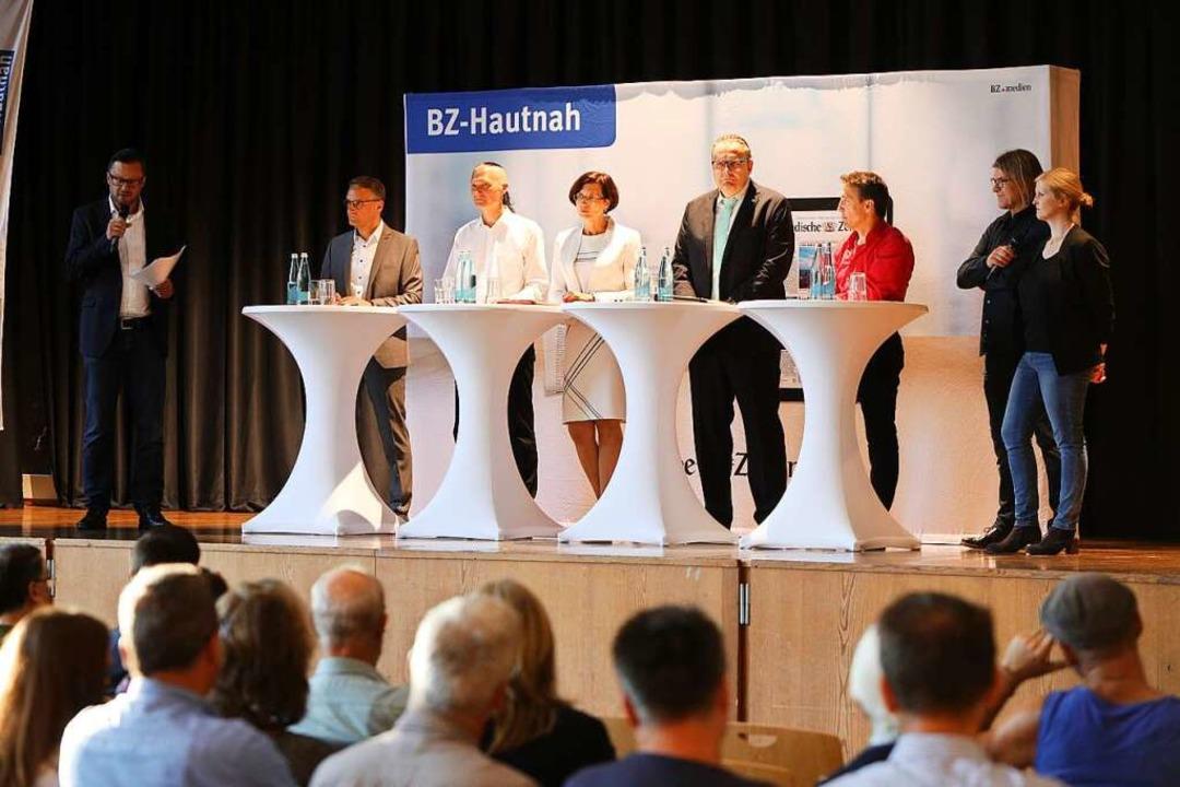 Die Kandidierenden auf dem Podium mit ...rie Jörger (rechts) von der BZ in Lahr  | Foto: Christoph Breithaupt