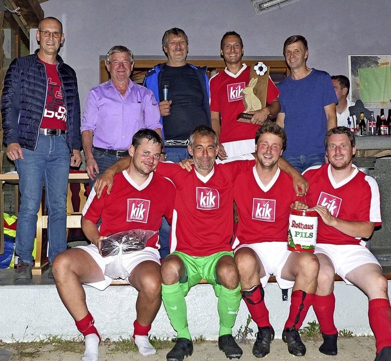 Siegerehrung (von links): Klaus Müller...r  Siegermannschaft  SV Wittlekofen.    | Foto: Elisabeth Baumeister