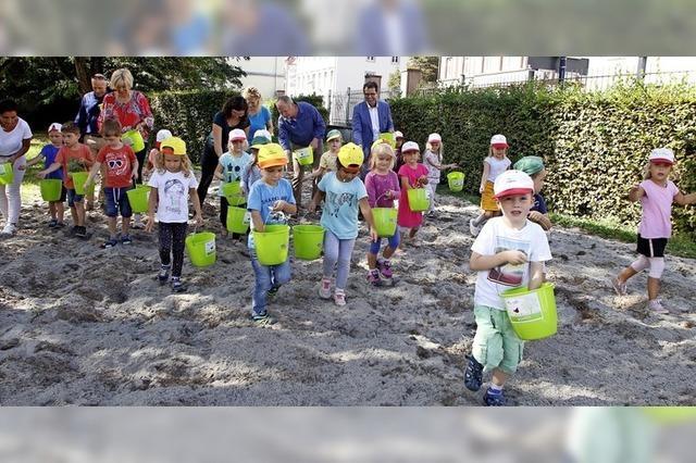 Kinder säen Wildblumensamen