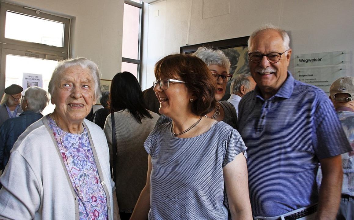 Erika Hoppe, Sybille Müller und Nikola...Ausstellung mit Werken von Hans Hoppe.  | Foto: Christiane Franz