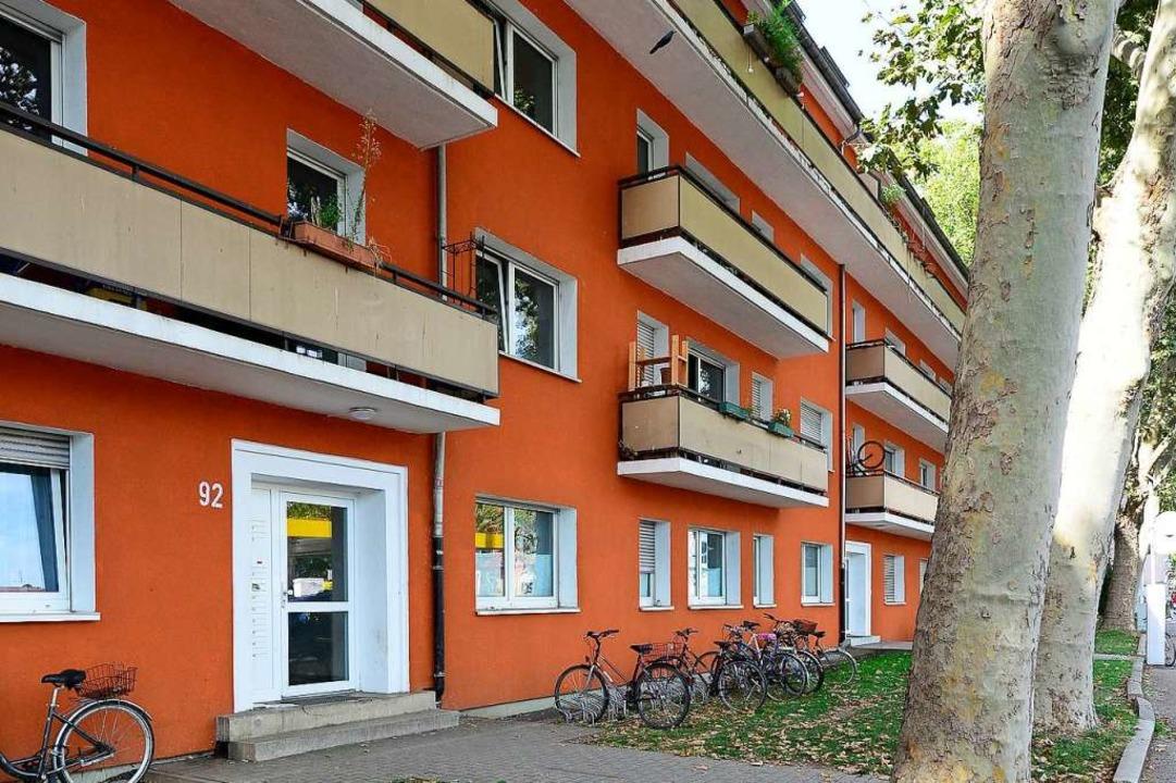 Den frisch gestrichenen Gebäuderiegel ...e Verdrängung der Bewohner befürchtet.  | Foto: Ingo Schneider