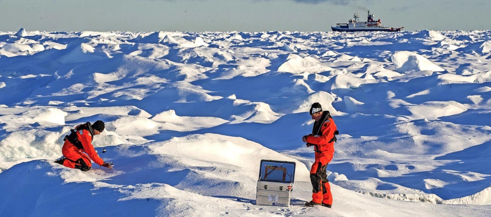 Sascha Flügel (l.) und Johannes Lembur...Hinten rechts im Bild: die Polarstern.  | Foto: Esther Horvath