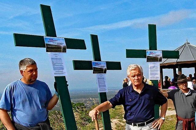 Landwirte protestieren mit Kreuzen gegen Agrar-Pläne der Bundesregierung