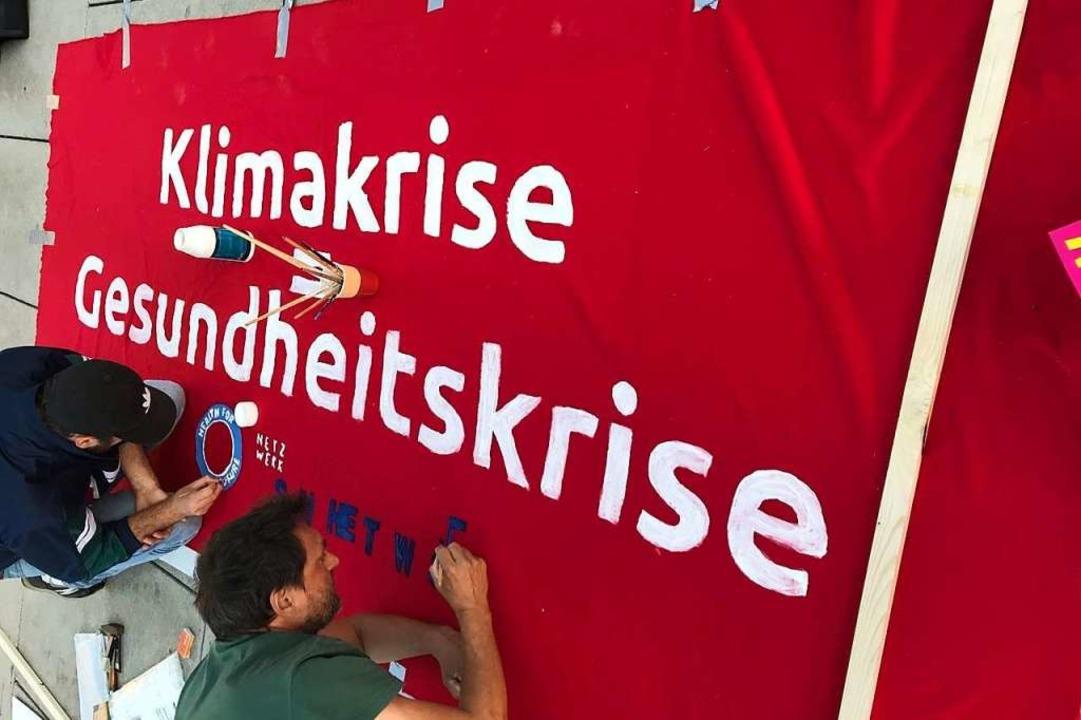 Das Netzwerk solidarisches Gesundheitssystem beim Plakatbasteln  | Foto: Privat