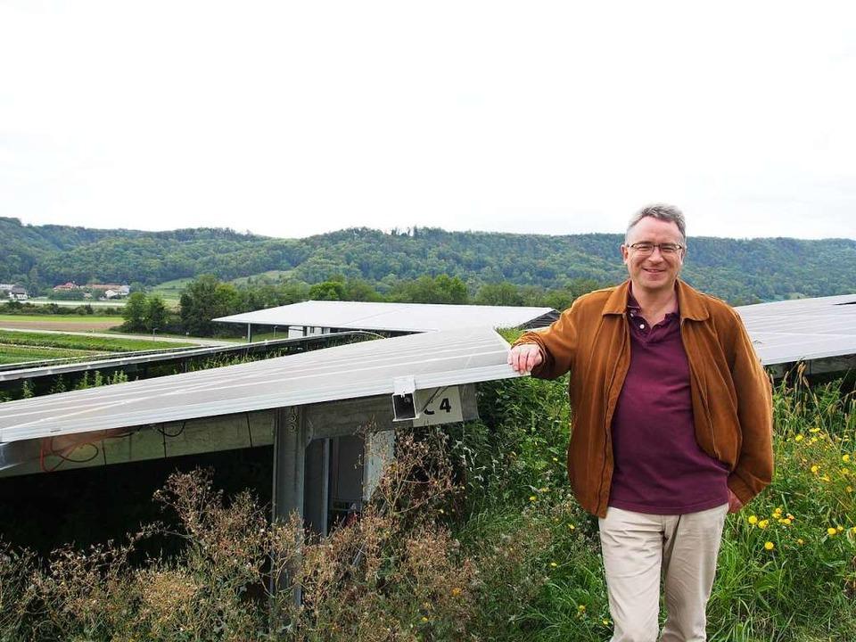 Geschäftsführer Martin Völkle in der P...Anlage auf dem Dach des Recyclinghofs.  | Foto: Boris Burkhardt