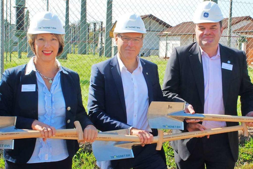Christine Trautwein-Domschat, Werner G...ftragnehmers GE Grid vorm Spatenstich.  | Foto: Rolf Reißmann