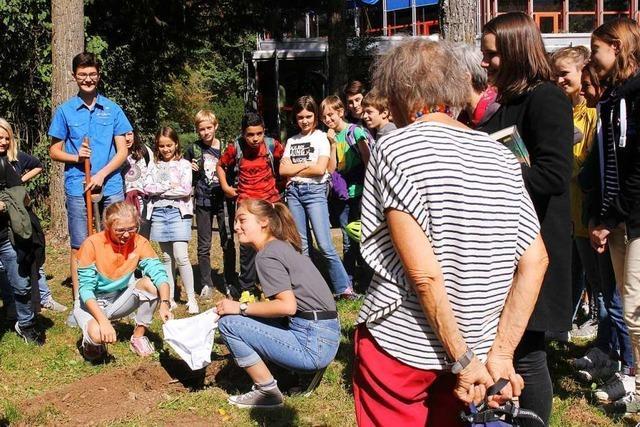 Schule vergräbt Unterhosen, um die Bodenqualität zu erforschen