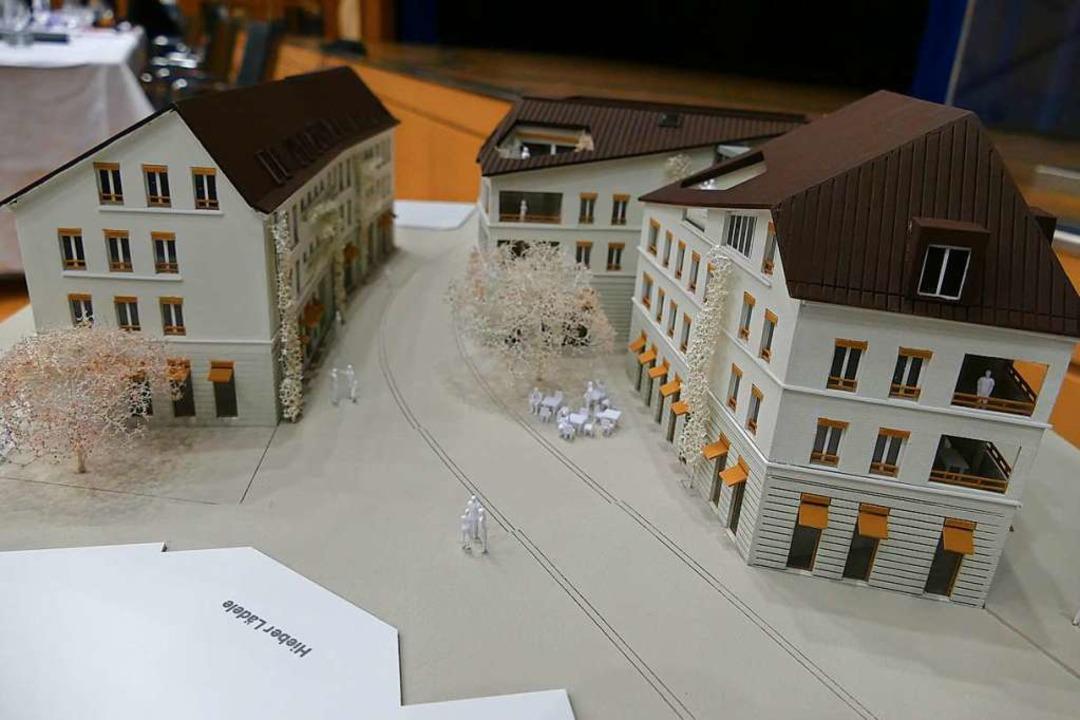 Die drei künftig ortsbildprägenden Geb...inger Ortsmitte beim Rathaus im Modell    Foto: Hans-Peter Müller