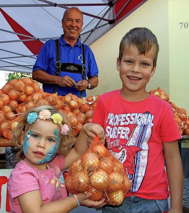 Jetta und Theo Giebels aus Tiengen hab...cht, hat ihnen den Gewinn überreicht.   | Foto: suedkurier