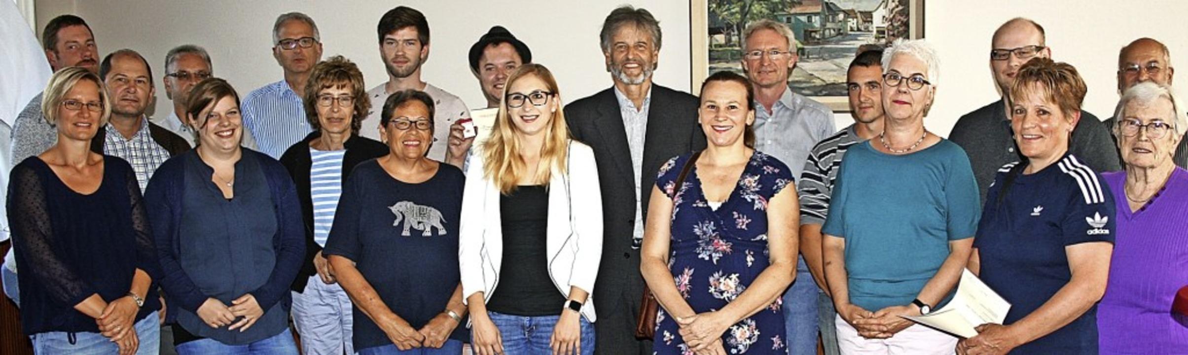 Bürgermeister Gunther Braun und DRK-Vo...ehn und 25 Mal Spenden.                 | Foto: Ralph Lacher