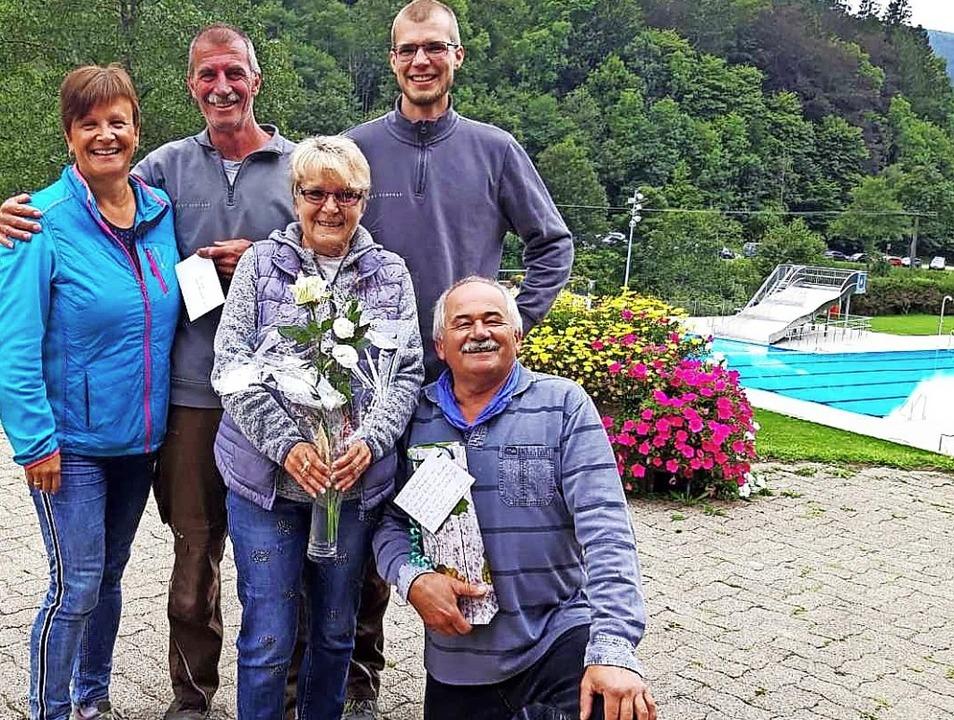 Freuen sich über die Entwicklung des r...iber Hässler bei der Geschenkübergabe.    Foto: privat