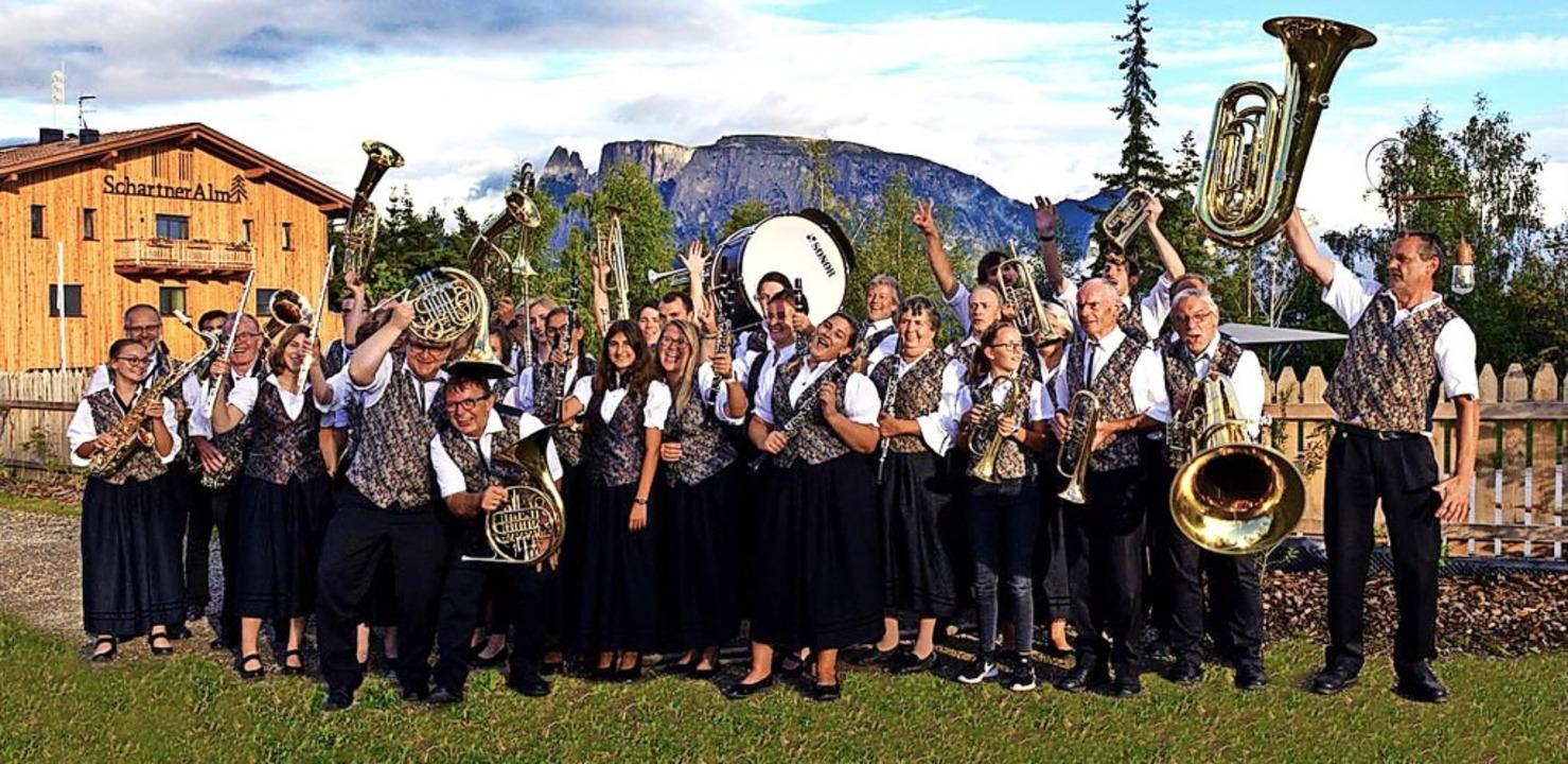 Auftritt vor herrlicher Kulisse: die G...nen und Musiker auf der Schartner Alm   | Foto: Verein
