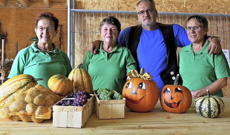 Die Landfrauen Hilde Böhnemann (von li...g gespendeten neuen vier Marktstände.   | Foto: Christine Ehlenbröker