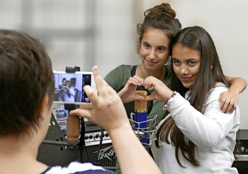 Ein Herz für künftige Fans: Fatima (li...Drehpause fürs Internet fotografiert.   | Foto: Sonja Zellmann
