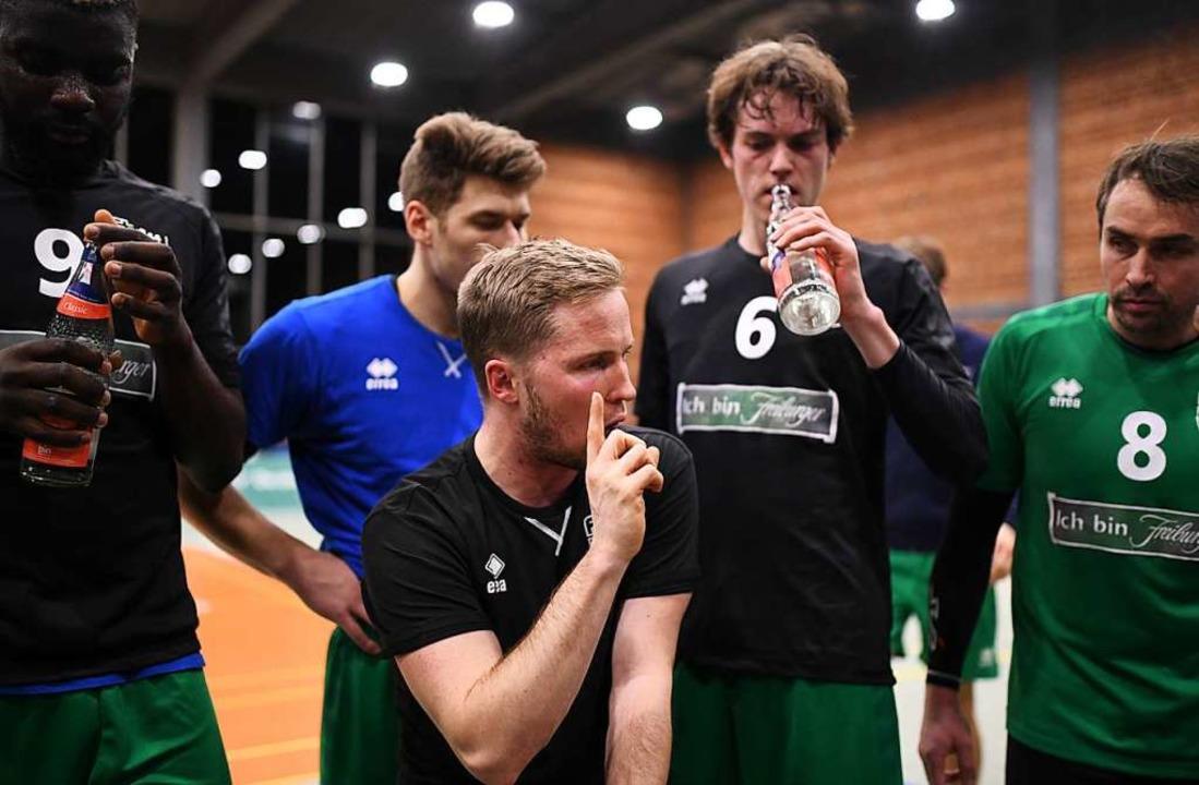 Trainer Jakob Schönhagen beschwört sei...er und Wolfgang Beck in einer Auszeit.  | Foto: Patrick Seeger