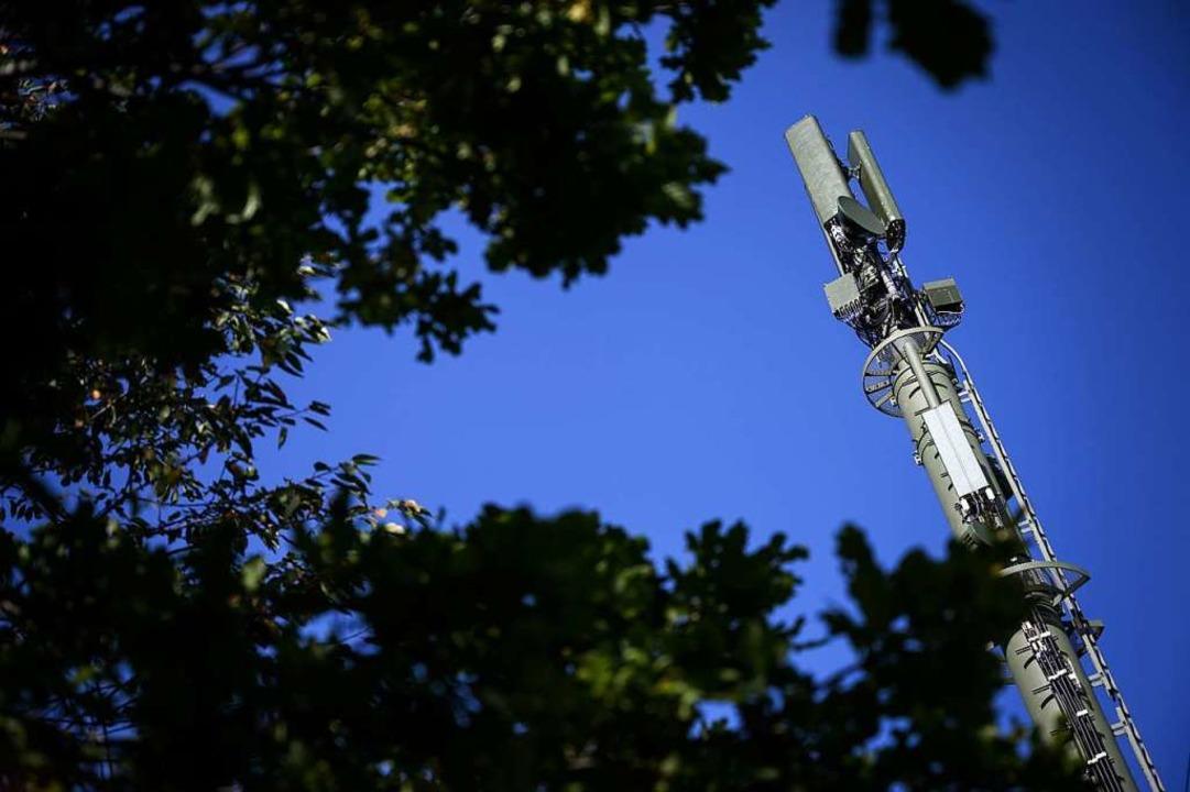 Ein Sendemast, der 5G ermöglicht, steh...preveyres in der Schweiz. (Symbolbild)  | Foto: FABRICE COFFRINI (AFP)