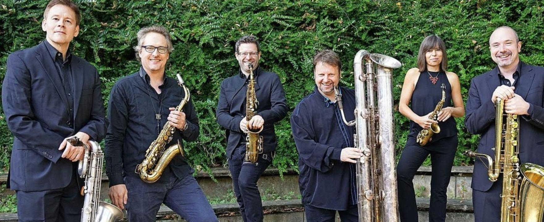 Gruppenbild mit Dame: das Raschèr Saxophone Quartet in Sextett-Besetzung  | Foto: Roger Hanschel
